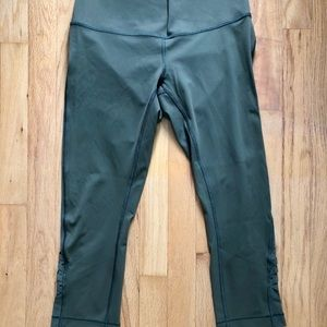 Lululemon 🍋 military green crops w/ mesh on side